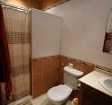 Bad og toalett tilhøyrande hovudsoverom