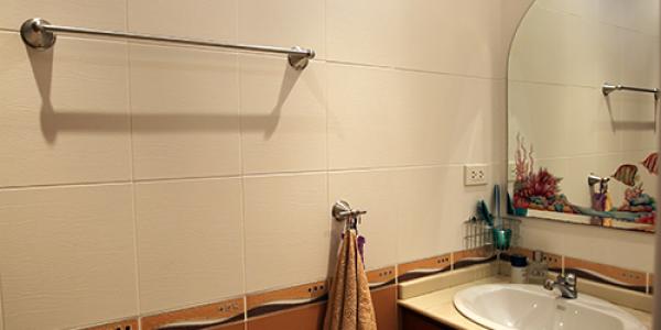 Bad og toalett med inngang frå stue/kjøkken