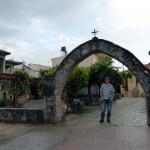 Atle ved kyrkja i Zaros