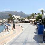 Strandpromenaden i byn